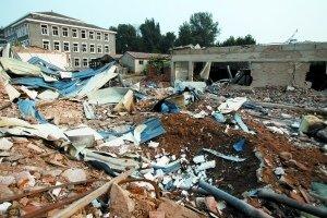 研究所大院内被炸出的大坑。昨日凌晨,位于丰台长辛店镇的一研究所发生爆炸,数十位居住在附近的村民受伤