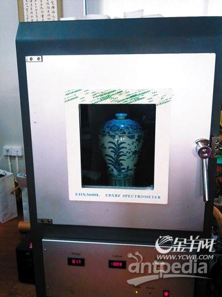 青花五彩鱼藻纹盖罐被放进光谱仪检测