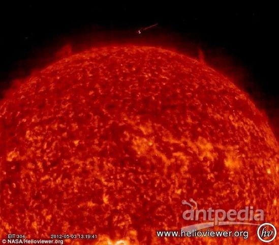 """视频中可见一""""金字塔状""""不明物体贴近太阳表面绕太阳"""