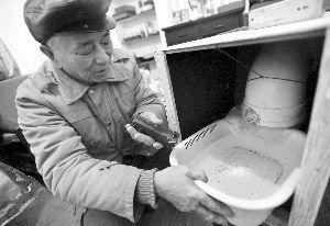 80岁的吴先生自制空气净化器