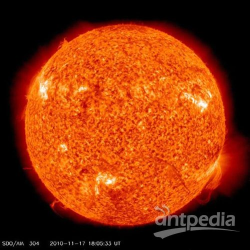 在其最外层是超级炽热的日冕层,它是由环状和流状电离气体结构构成.