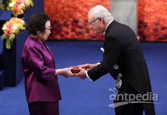 ▲屠呦呦出席2015年诺贝尔奖颁奖礼